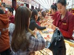 Tờ mờ sáng: Rừng người đã kéo nhau đến Kim Tín mua vàng đón lộc Thần tài